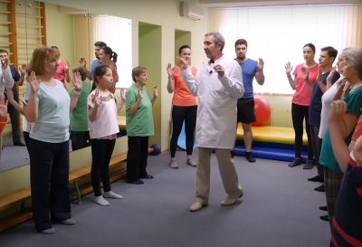 Как делать дыхательную гимнастику по методу Стрельниковой в исполнении Щетинина при пневмонии во время короновируса